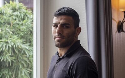 لاعب الجودو الإيراني سعيد مولاي يلتقط صورة في مدينة لم يتم الكشف عنها في جنوب ألمانيا، 12 سبتمبر 2019 . (AP Photo / Michael Probst)