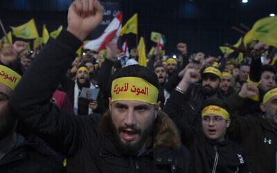 مناصرو الأمين العام لمنظمة حزب الله حسن نصرالله يرددون هتافات قبل خطابه المتلفز في الضاحية الجنوبية لبيروت، لبنان ، 5 يناير، 2020. (Maya Alleruzzo / AP)