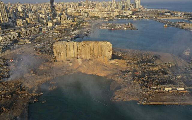 الدخان يتصاعد بعد انفجار في اليوم السابق في مرفأ بيروت، لبنان، 5 أغسطس 2020 (AP Photo/Hussein Malla)
