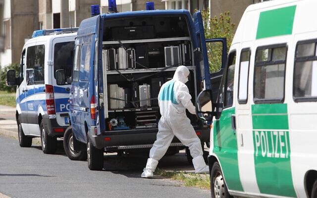 صورة توضيحية: رجال شرطة يبحثون عن أدلة في مدينة ديساو روسلاو الألمانية، 13 مايو 2016 (Sebastian Willnow / dpa via AP، file)