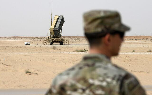 """عنصر في سلاح الجو الأمريكي يقف بالقرب من بطارية صواريخ """"باتريوت"""" في قاعدة الأمير سلطان الجوية في الخرج، وسط المملكة العربية السعودية، 20 فبراير 2020 (Andrew Caballero-Reynolds / Pool via AP)"""