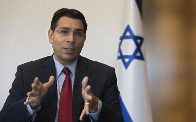 فير إسرائيل آنذاك لدى الأمم المتحدة داني دنون يتحدث خلال مقابلة مع وكالة أسوشيتد برس في مدينة رعنانا بوسط إسرائيل، 28 يوليو، 2020. (Sebastian Scheiner / AP)