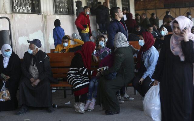 صورة توضيحية: مسافرون ينتظرون معالجة جوازات سفرهم حتى يتمكنوا من عبور معبر رفح الحدودي إلى الجانب المصري، في رفح، قطاع غزة، 24 نوفمبر 2020 (AP Photo / Adel Hana)
