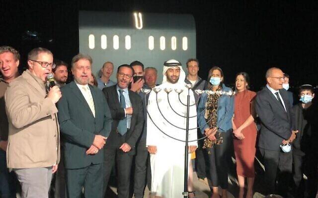 الحاخام إيلي عبادي (ربطة عنق صفراء) ينضم إلى الجالية اليهودية في الإمارات العربية المتحدة في احتفال بمناسبة عيد الحانوكاه (photo credit: Courtesy)