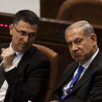 رئيس الوزراء بنيامين نتنياهو ووزير الداخلية آنذاك غدعون ساعر، في الكنيست، 9 يوليو، 2013. (Flash 90)