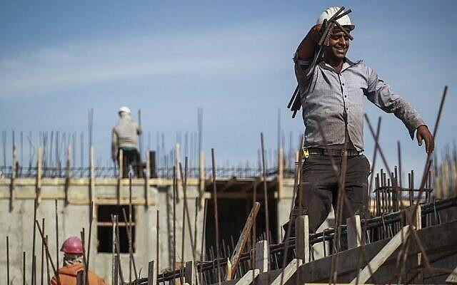 عمال فلسطينيون خلال أعمال بناء في بنايات سكنية جديدة في حي هار حوما اليهودي، القدس الشرقية، 28 أكتوبر، 2014. (تصوير Hadas Parush / Flash90)