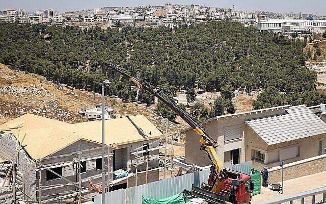 توضيحية: اعمال بناء في حي داغان في مستوطنة إفرات في الضفة الغربية، 22 يوليو، 2019. (Gershon Elinson / Flash90)