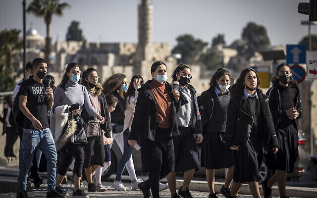 إسرائيليون يسيرون في القدس، 15 فبراير، 2021. (Olivier Fitoussi / Flash90)