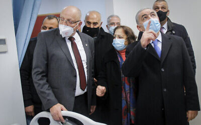 رئيس وزراء السلطة الفلسطينية محمد اشتية يفتتح مستشفى لمرض كوفيد -19 في مدينة نابلس بالضفة الغربية، 16 يناير، 2021. (Nasser Ishtayeh / Flash90)