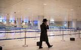 صورة توضيحية: رجل يسير في مطار بن غوريون الدولي شبه الخالي في 24 يناير 2021 (Flash90)