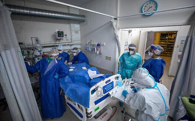 فرق طبية ترتدي زيا واقيا خلال عملها في قسم كورونا بمستشفى هداسا عين كارم بالقدس، 1 فبراير، 2021. (Olivier Fitoussi/Flash90)