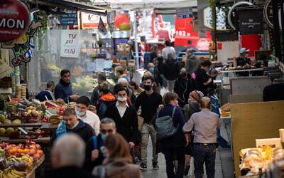 أشخاص في سوق محانيه يهودا في القدس، أثناء الإغلاق الثالث للبلاد بسبب جائحة كوفيد-19، 1 فبراير 2021 (Yonatan Sindel / Flash90)