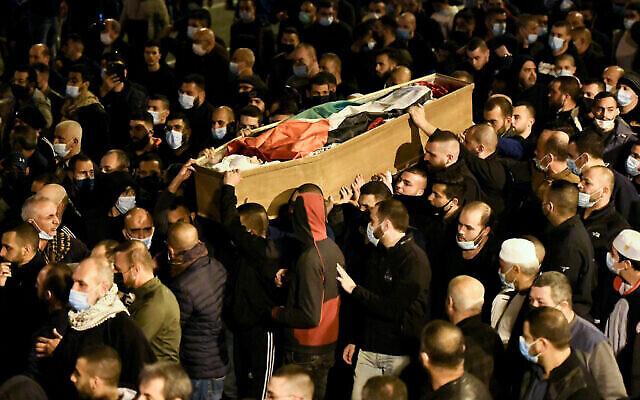 الآلاف يشاركون في جنازة طالب التمريض  أحمد حجازي (22 عاما) في مدينة طمرة العربية، شمال إسرائيل، 2 فبراير، 2021. (Sraya Diamant / Flash90)