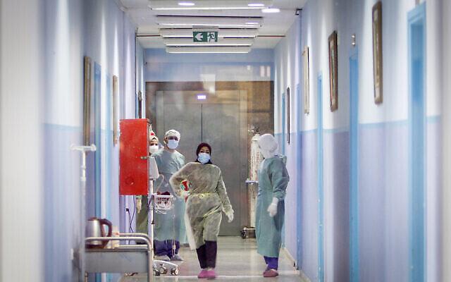 عاملين صحيين فلسطينيين في مستشفى في مدينة نابلس بالضفة الغربية، حيث تم تطعيم العاملين الصحيين ضد فيروس كورونا (كوفيد -19) في وقت سابق اليوم، بعد تسليم جرعات لقاح من إسرائيل، 3 فبراير، 2021. (Nasser Ishtayeh / Flash90)