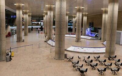 صالة الوصول الخالية في مطار بن غوريون الدولي بالقرب من تل أبيب، 3 فبراير ،2021. (Tomer Neuberg / Flash90)