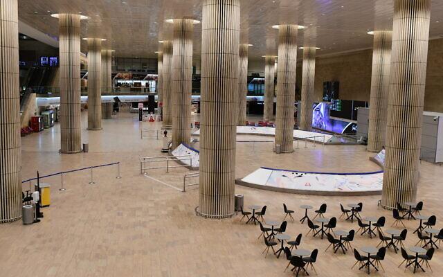 صالة الوصول الخالية في مطار بن غوريون الدولي بالقرب من تل أبيب، 3 فبراير 2021 (Tomer Neuberg / Flash90)