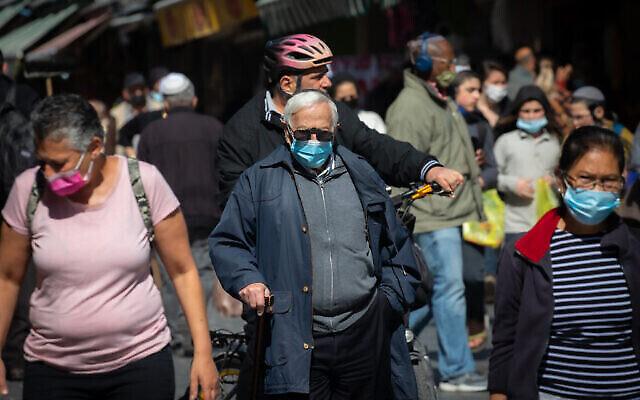 متسوقون في سوق محانيه يهودا بالقدس، 9 فبراير، 2021، مع خروج إسرائيل من الإغلاق الثالث الذي تم فرضه لاحتواء تفشي جائحة كورونا.  (Olivier Fitoussi/Flash90)
