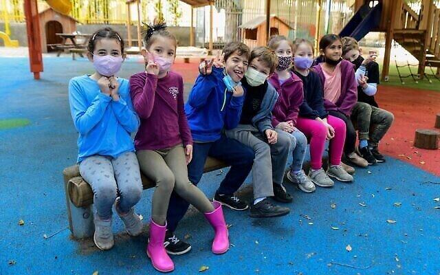 طلاب يرتدون الكمامات مع عودتهم إلى التعليم في مدرسة غابريئلي كرمل في تل أبيب، 11 فبراير، 2021. (Avshalom Sassoni / Flash90)