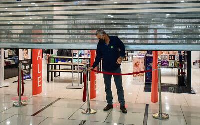 متجر في مركز تجاري في بات يام تم افتتاحه جزئيًا في انتهاك لقيود كورونا التي فرضتها الحكومة، 11 فبراير 2021 (Avshalom Sassoni / Flash90)