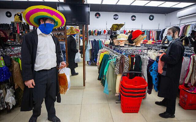 شبان حريديم يبحثون عن أزياء  تنكرية قبل عيد البوريم،  وسط مدينة القدس، 22 فبراير، 2021. (Olivier Fitoussi / Flash90)