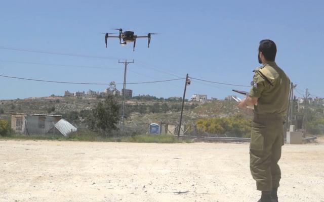 توضيحية: جندي في وحدة المخابرات القتالية التابع للجيش الإسرائيلي يتحكم بطائرة مسيرة.  (Screen capture: Israel Defense Forces)