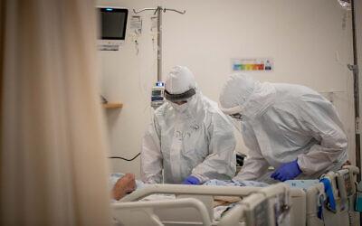عاملون طبيون في جناح كوفيد-19 في مستشفى شعاري تسيديك في القدس، 3 فبراير 2021 (Yonatan Sindel / Flash90)