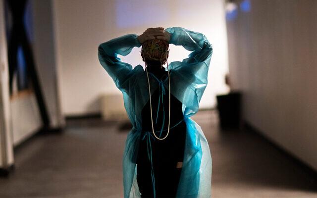 ممرضة في مستشفى ميداني تم إنشاؤه للتعامل مع موجة من مرضى كوفيد-19 في كرانسون، رود آيلاند، 10 فبراير 2021 (AP Photo / David Goldman)