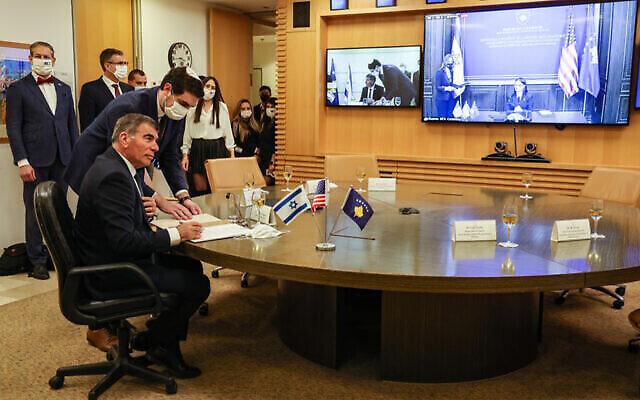وزير الخارجية غابي أشكنازي يوقع إعلانا مشتركا لإقامة العلاقات مع كوسوفو خلال حفل رسمي افتراضي  أقيم مع نظيرنه من كوسوفو ، ميليزا هاراديناي ستوبلا، في مقر وزارة الخارجية الإسرائيلية في القدس، 1 فبراير، 2021. (Menahem Kahana / AFP )
