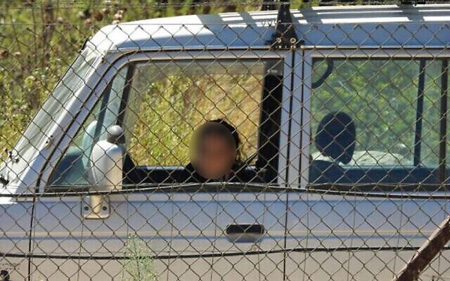 صورة نشرها صحفي مقرب لحزب الله لامرأة إسرائيلية تراقب الحدود اللبنانية في أكتوبر 2020. تم تعديل الصورة من قبل تايمز أوف إسرائيل لإخفاء هوية المرأة ، بما يتماشى مع متطلبات الرقابة. لم يتسن التحقق من الصورة بشكل مستقل. (Ali Choeib via Twitter)