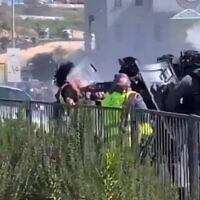 الشرطة تضرب متظاهرا في أم الفحم، 26 فبراير 2021 (Screenshot: Twitter)