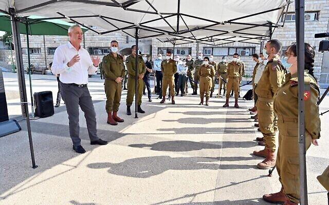 وزير الدفاع بيني غانتس ، من اليسار ، يتحدث الى جنود اسرائيليين خلال زيارة لقيادة المنطقة الوسطى للجيش الاسرائيلي في القدس، 15 سبتمبر، 2020. (Ariel Hermoni / Defense Ministry)