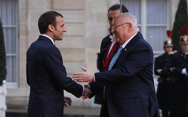 الرئيس الفرنسي إيمانويل ماكرون يستقبل الرئيس الإسرائيلي رؤوفين ريفلين لدى وصوله إلى قصر الإليزيه في باريس، 23 يناير، 2019. (ludovic Marin / AFP)
