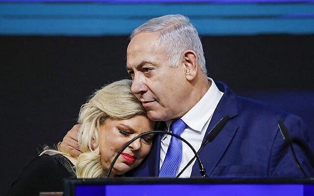 رئيس الوزراء بنيامين نتنياهو وزوجته سارة يخاطبان أنصارهما ليلة الانتخابات الإسرائيلية، في مقر حزب الليكود في تل أبيب، 10 أبريل، 2019.  (Thomas Coex/AFP)