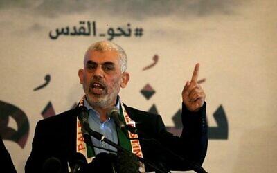 """زعيم حركة حماس في قطاع غزة يحيى السنوار يتحدث خلال مؤتمر صحفي بمناسبة """"يوم القدس"""" في مدينة غزة، 30 مايو، 2019. (Mohammed Abed / AFP)"""