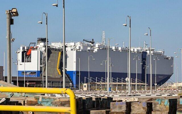 """سفينة الشحن """"إم في هيليوس راي"""" المملوكة لإسرائيل والتي ترفع علم جزر البهاما راسية في ميناء راشد بدبي، 28 فبراير 2021 (Giuseppe Cacace / AFP)"""