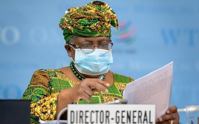 المديرة العامة الجديدة لمنظمة التجارة العالمية نغوزي أوكونجو-إيويلا تحضر جلسة المجلس العام للمنظمة لدى وصولها إلى مقر منظمة التجارة العالمية في جنيف لتتولى مهامها، 1 مارس 2021 (FABRICE COFFRINI / POOL / AFP)