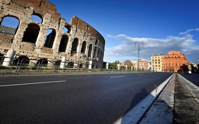 شارع خال من المركبات والمارة أمام الكولوسيوم  في وسط روما ، في 15 مارس 2021 ، حيث دخل ثلاثة أرباع الإيطاليين في إغلاق صارم مع تطبيق الحكومة إجراءات تقييدية لمكافحة انتشار عدوى كوفيد-19. ( Alberto PIZZOLI / AFP)