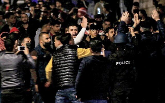 متظاهرون يحتجون على الإجراءات التي فرضتها السلطات للحد من انتشار فيروس كورونا ، في العاصمة الأردنية عمان، 15 مارس 2021 (Khalil MAZRAAWI / AFP)