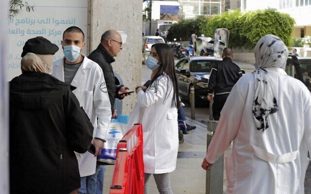 صورة توضيحية: طاقم طبي خارج المركز الطبي للجامعة الأمريكية في بيروت، في العاصمة اللبنانية بيروت، 17 مارس 2021 (ANWAR AMRO / AFP)