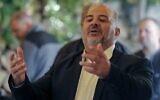 """منصور عباس ، رئيس حزب """" القائمة العربية الموحدة"""" الإسلامي، يتحدث إلى حشد من الناس في بلدة المغار بشمال البلاد، 26 مارس، 2021. (Ahmad Gharabli / AFP)"""