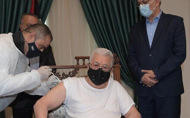 رئيس السلطة الفلسطينية محمود عباس يتلقى الجرعة الأولى من لقاح كوفيد-19، 20 مارس، 2021. (Screenshot / WAFA)