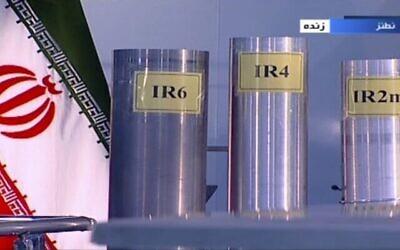 في لقطة الشاشة هذه من مقطع فيديو بثته هيئة الإذاعة والتلفزيون الإيرانية، IRIB، تظهر ثلاث نسخ من أجهزة طرد مركزي محلية الصنع  في بث تلفزيوني مباشر من من نطنز، منشاة تخصيب اليورانيوم في إيران،  6 يونيو، 2018.  (IRIB via AP/File)