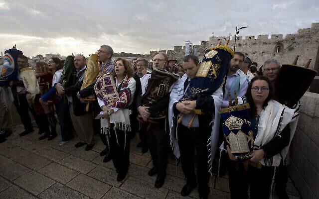 توضيحية: نشطاء يهود ليبراليون يسيرون باتجاه باحة الحائط الغربي وهو يحملون لفافات التوراة يوم الأربعاء، 2 نوفمبر، 2016.  (AP Photo/Sebastian Scheiner, File)