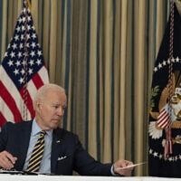 الرئيس الأمريكي جو بايدن يمرر مذكرة إلى وزير الخارجية أنطوني بلينكين، خلال اجتماع افتراضي مع رئيس الوزراء الهندي ناريندرا مودي، ورئيس الوزراء الأسترالي سكوت موريسون، ورئيس الوزراء الياباني يوشيهيدي سوجا، في البيت الأبيض، 12 مارس 2021 (AP Photo/Alex Brandon)