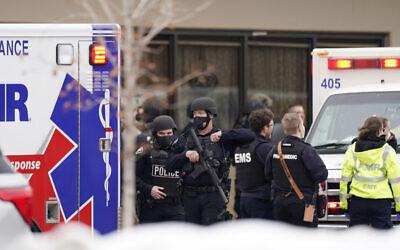 الشرطة تعمل في موقع إطلاق نار، في بولدر، كولورادو، 23 مارس 2021 (AP Photo / David Zalubowski)