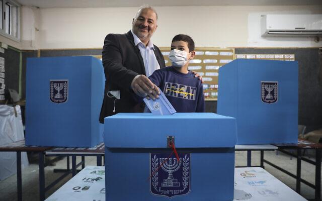 رئيس القائمة العربية الموحدة منصور عباس يدلي بصوته في بلدته المغار شمال إسرائيل، 23 مارس 2021 (AP Photo/Mahmoud Illean, File)