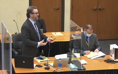 محامي الدفاع إريك نيلسون (يسار)، برفقة ضابط شرطة مينيابوليس السابق ديريك شوفين، يتحدث خلال محاكمة شوفين بوفاة جورج فلويد، في محكمة مقاطعة هينيبين في مينيابوليس، مينيسوتا، ، 29 مارس 2021 (Court TV via AP, Pool)