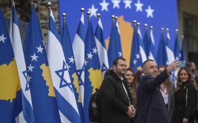 صورة توضيحية: مسؤول في حكومة كوسوفو يلتقط صورة سلفي خلال مراسم توقيع عُقدت عبر الانترنت، في العاصمة بريشتينا، لإقامة علاقات دبلوماسية بين كوسوفو وإسرائيل، 1 فبراير 2021 (AP Photo / Visar Kryeziu)