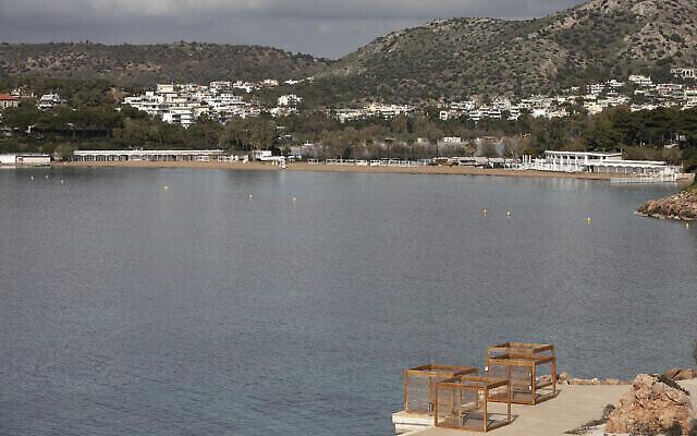 توضيحية: : شاطئ فندق خال من المستجدين بالقرب من أثينا، 20 مارس، 2021. (AP Photo / Yorgos Karahalis)