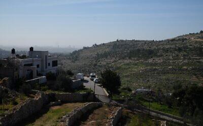 مزرعة سديه افرايم ، أعلى التلال على يمين الطريق، في صورة التُقطت من قرية راس كركر في الضفة الغربية، 11 فبراير، 2021. (Judah Ari Gross / Times of Israel)